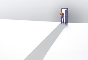 一本道の扉とミニチュア人形の写真素材 [FYI04303006]