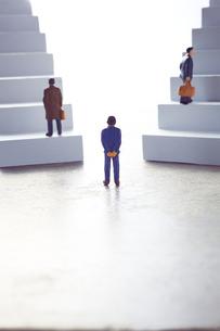 2つの階段の前に立つミニチュアと登るミニチュアの写真素材 [FYI04303012]