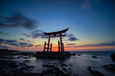 初山別の鳥居と夕日の写真素材 [FYI04303247]