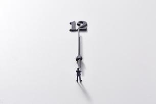 12と時計の針とミニチュアのサラリーマンの写真素材 [FYI04303262]