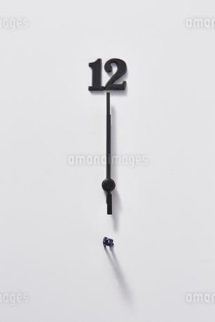 12と時計の針とミニチュアのサラリーマンの写真素材 [FYI04303263]