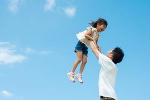 高い高いをしてもらって喜ぶ女の子の写真素材 [FYI04303331]