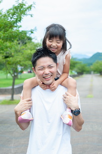 子供を肩車する父親の写真素材 [FYI04303409]
