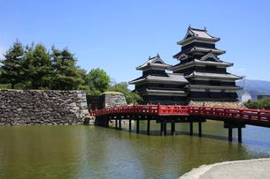 現存する日本最古の五重天守の松本城 日本100名城 外堀からの眺めの写真素材 [FYI04303468]