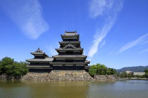現存する日本最古の五重天守の松本城 日本100名城 外堀からの眺めの写真素材 [FYI04303476]
