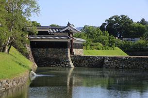 現存する日本最古の五重天守の松本城 日本100名城 外堀と石垣の写真素材 [FYI04303502]