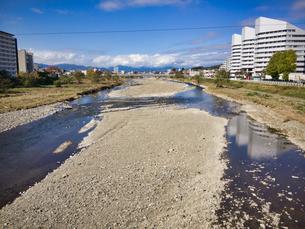 2019 八王子市大和田橋から微かに見える奥多摩連邦の写真素材 [FYI04303503]
