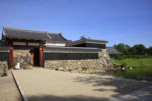 現存する日本最古の五重天守の松本城 日本100名城 外堀と二の門と太鼓楼の写真素材 [FYI04303504]