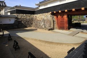 現存する日本最古の五重天守の松本城 日本100名城 鼓楼と桝形の写真素材 [FYI04303505]