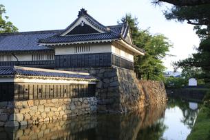 現存する日本最古の五重天守の松本城 日本100名城 朝日を受ける内堀と石垣の写真素材 [FYI04303511]