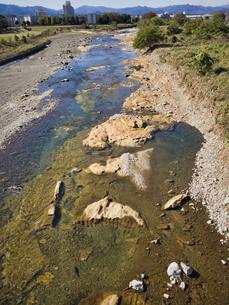 あさ川と奥多摩を鶴巻橋より撮影 この一帯が大規模な化石群であることを誰も知らないの写真素材 [FYI04303635]