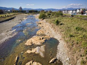八王子市 鶴巻橋より奥多摩とあさ川の化石層を眺めるの写真素材 [FYI04303638]
