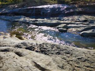 200万年前の火山噴火で溶岩が作り上げた川 川の両サイドとも完璧に固まった溶岩の写真素材 [FYI04303640]