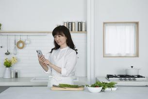 キッチンに立つ女性の写真素材 [FYI04303728]