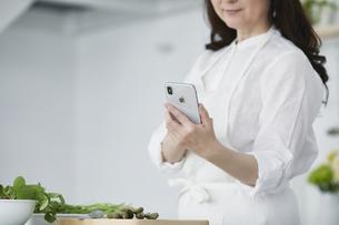 キッチンに立つ女性の写真素材 [FYI04303738]