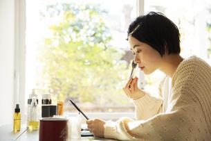 メイクをする20代女性の横顔の写真素材 [FYI04303821]