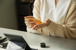 クリームを手に取る女性の手元の写真素材 [FYI04303832]