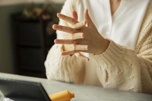 クリームを手に取る女性の手元の写真素材 [FYI04303833]