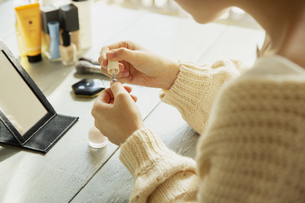 マニキュアを塗る女性の手元の写真素材 [FYI04303836]