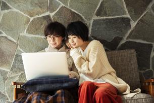 パソコンを見て楽しむ20代女性2人の写真素材 [FYI04303876]