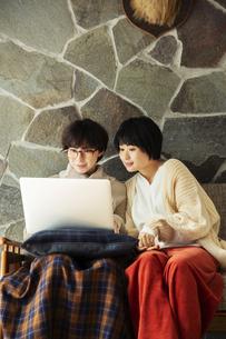 パソコンを見て楽しむ20代女性2人の写真素材 [FYI04303877]