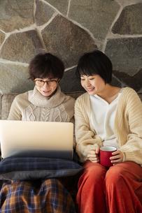 パソコンを見て楽しむ20代女性2人の写真素材 [FYI04303882]