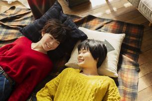部屋で寝転がる20代女性2人の写真素材 [FYI04303937]