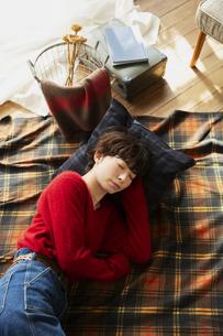部屋で寝転がる20代女性の写真素材 [FYI04303938]