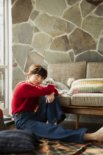 窓際に座る20代女性の写真素材 [FYI04303943]