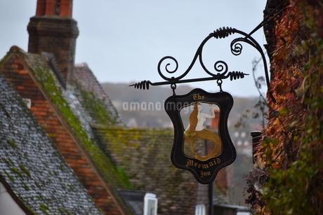 中世の旅籠「人魚亭」の看板の写真素材 [FYI04303991]