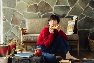 食パンを食べる20代女性の写真素材 [FYI04303999]