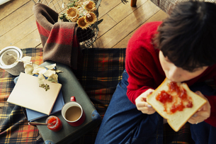 食パンを食べる20代女性の写真素材 [FYI04304003]