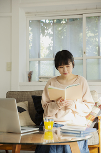 読書をする20代女性の写真素材 [FYI04304008]