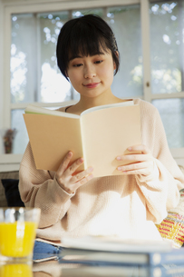 読書をする20代女性の写真素材 [FYI04304011]