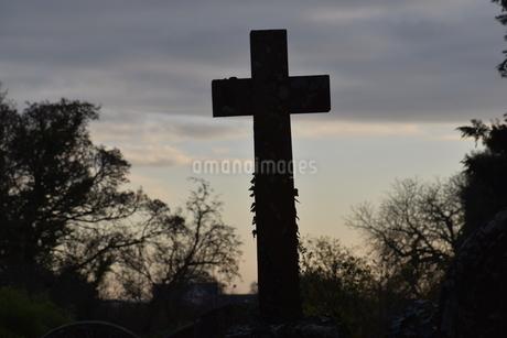 セントブリアヴェルス村、聖マリア教会墓地の十字架の写真素材 [FYI04304012]
