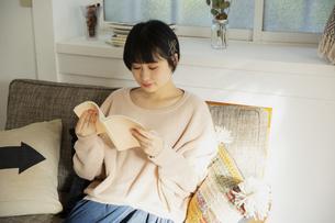読書をする20代女性の写真素材 [FYI04304016]