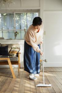 部屋の掃除をする20代女性の写真素材 [FYI04304029]