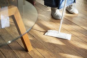 床掃除をする女性の写真素材 [FYI04304030]