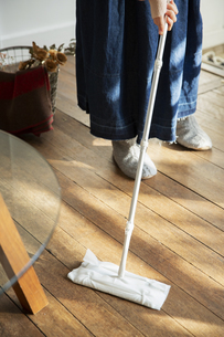 床掃除をする女性の写真素材 [FYI04304031]