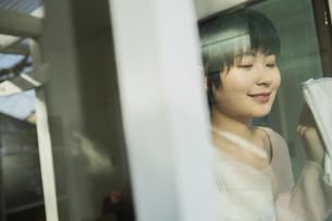 窓拭きをする20代女性の写真素材 [FYI04304034]