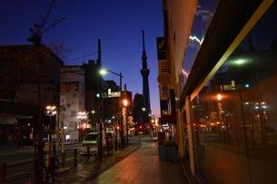 夜明けの浅草から見える東京スカイツリーの写真素材 [FYI04304058]