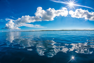 ベタ凪の海の写真素材 [FYI04304425]