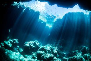 水中に降り注ぐ光の写真素材 [FYI04304428]