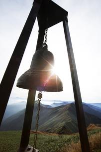 日本100名山 谷川岳の肩ノ小屋に設置してある鐘の写真素材 [FYI04304514]