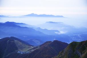 日本100名山谷川岳から天神平と群馬県の山並みを望むの写真素材 [FYI04304515]