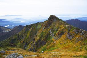 日本100名山 紅葉の谷川岳オキの耳からトマの耳を望むの写真素材 [FYI04304516]