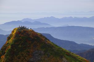 日本100名山 紅葉の谷川岳オキの耳からトマの耳を望むの写真素材 [FYI04304517]