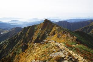 日本100名山  紅葉の谷川岳オキの耳からトマの耳を望むの写真素材 [FYI04304518]