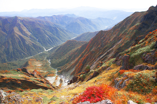 日本100名山 紅葉の谷川岳のぞきから一の倉沢をのぞくの写真素材 [FYI04304519]