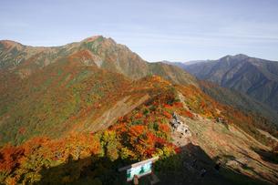 谷川岳天神峠から日本100名山紅葉の谷川岳を望むの写真素材 [FYI04304520]